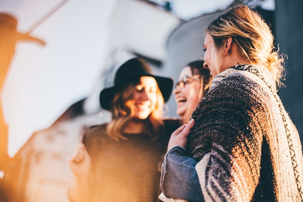 Groupe de jeunes riant formant une communauté.