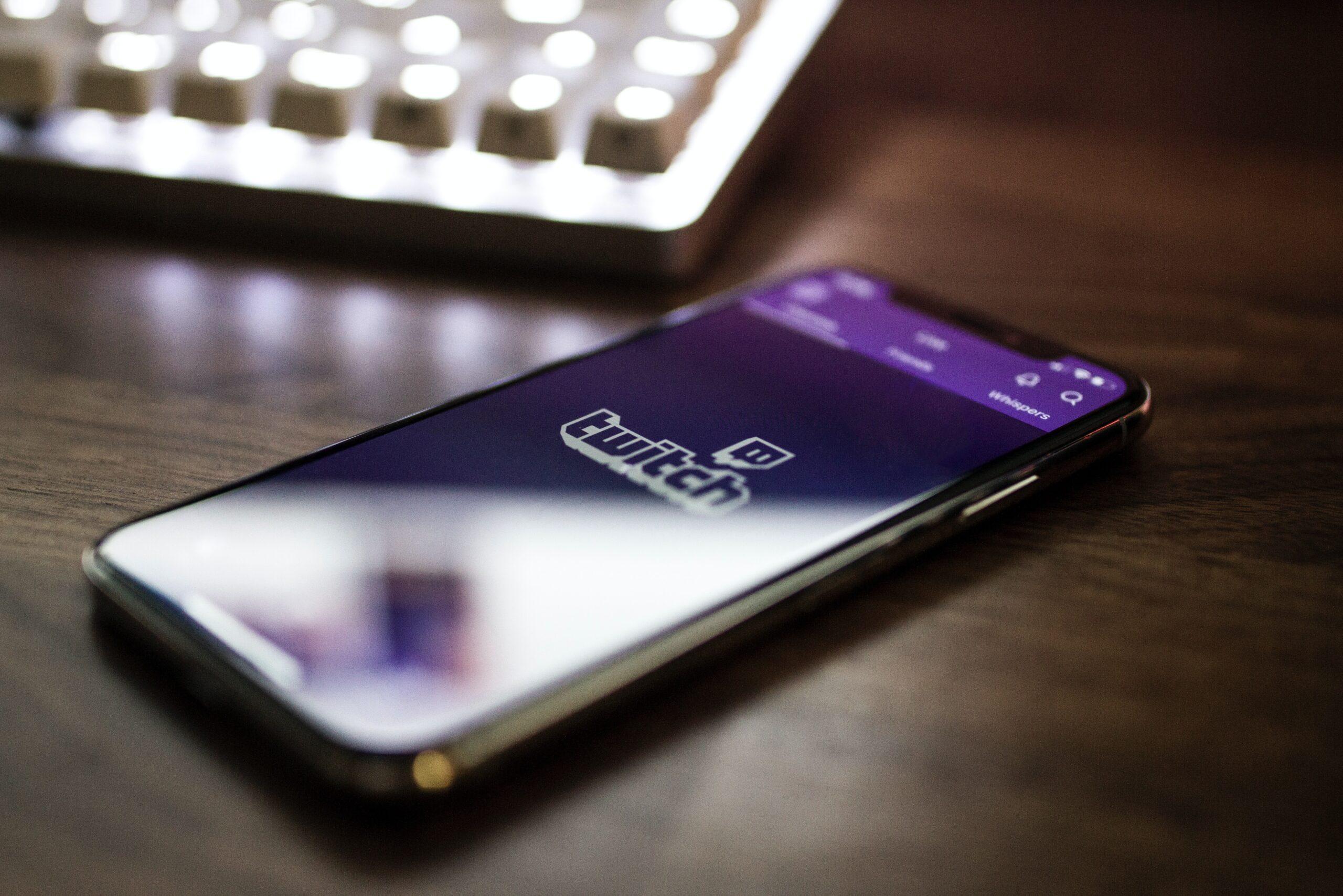 téléphone sur l'app twitch pour regarder le live de bfm