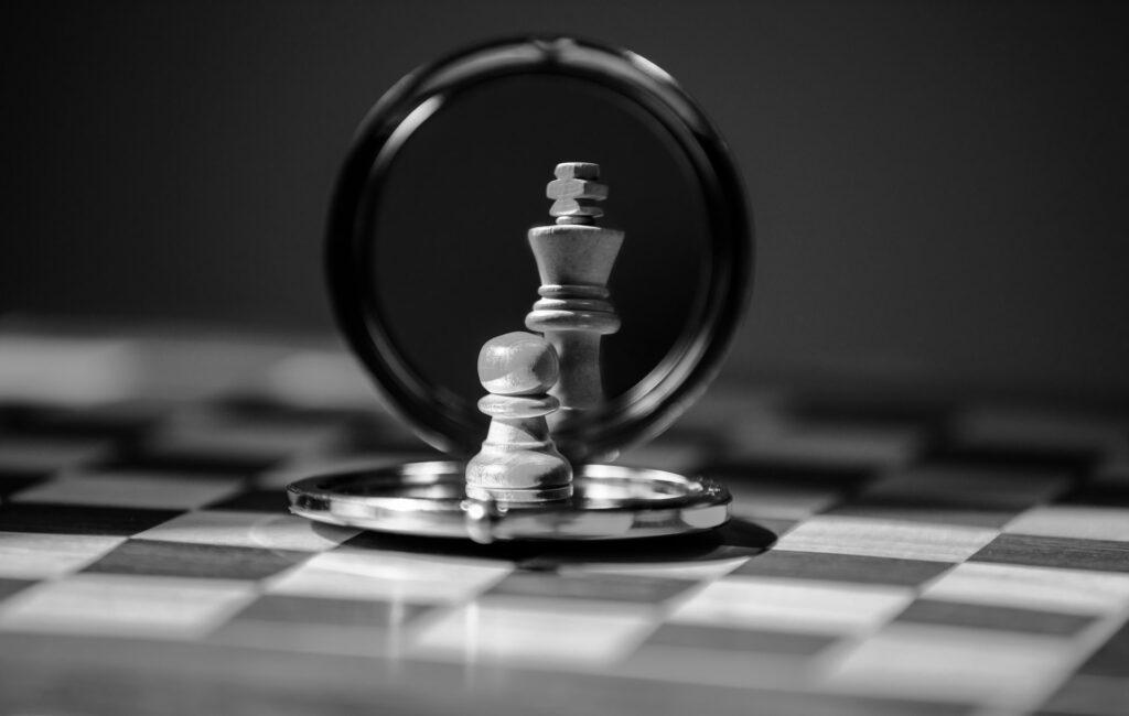 Pièces d'échecs qui représente l'étude de marché d'un secteur